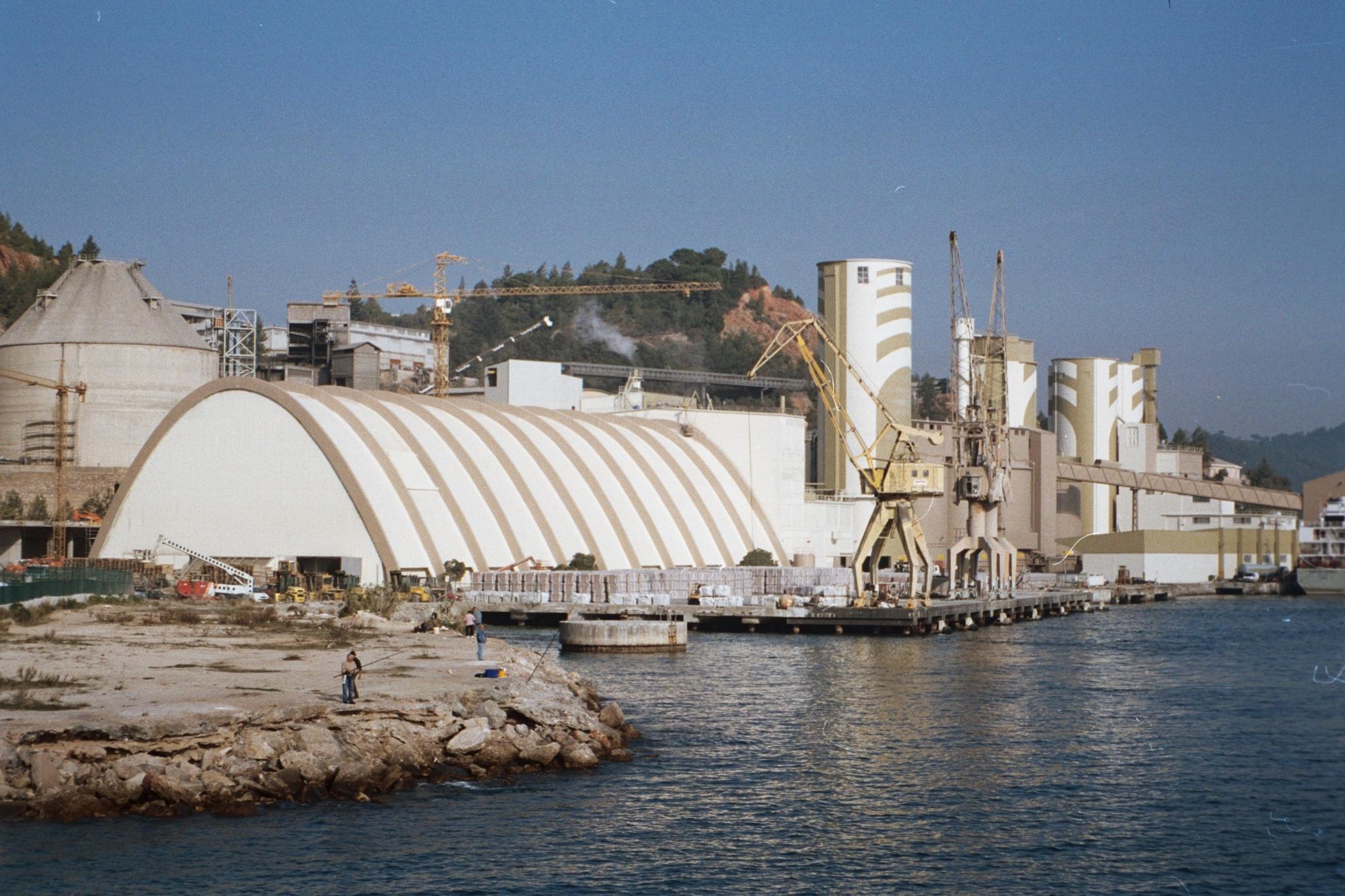Perspectiva do armazém e silos após a conclusão das obras.